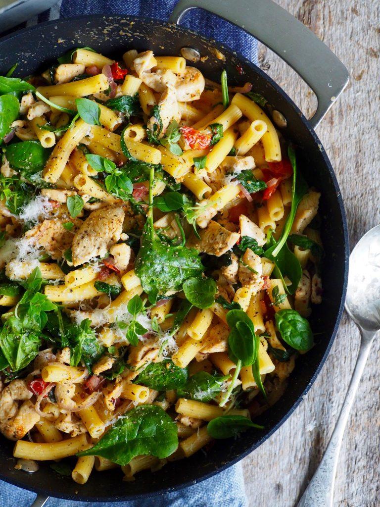Pasta med bacon, kylling og spinat