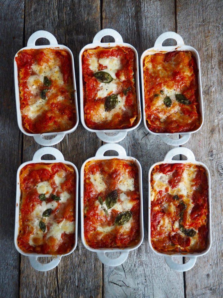 Ha siste lag med lasagneplater på toppen av ricottablandingen. Fordel resten av tomatsausen på toppen.