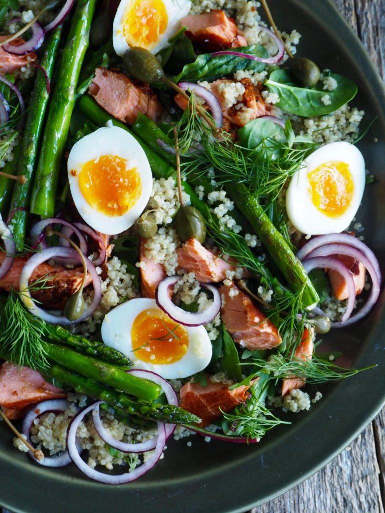 Salat med quinoa og varmrøkt laks
