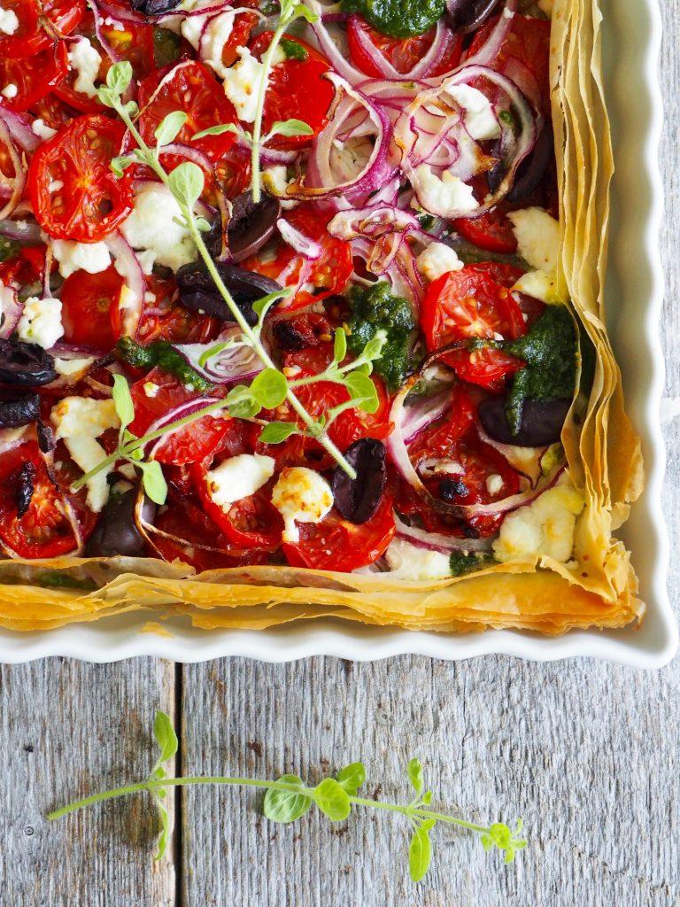 Enkel pai med tomater, oliven og pesto