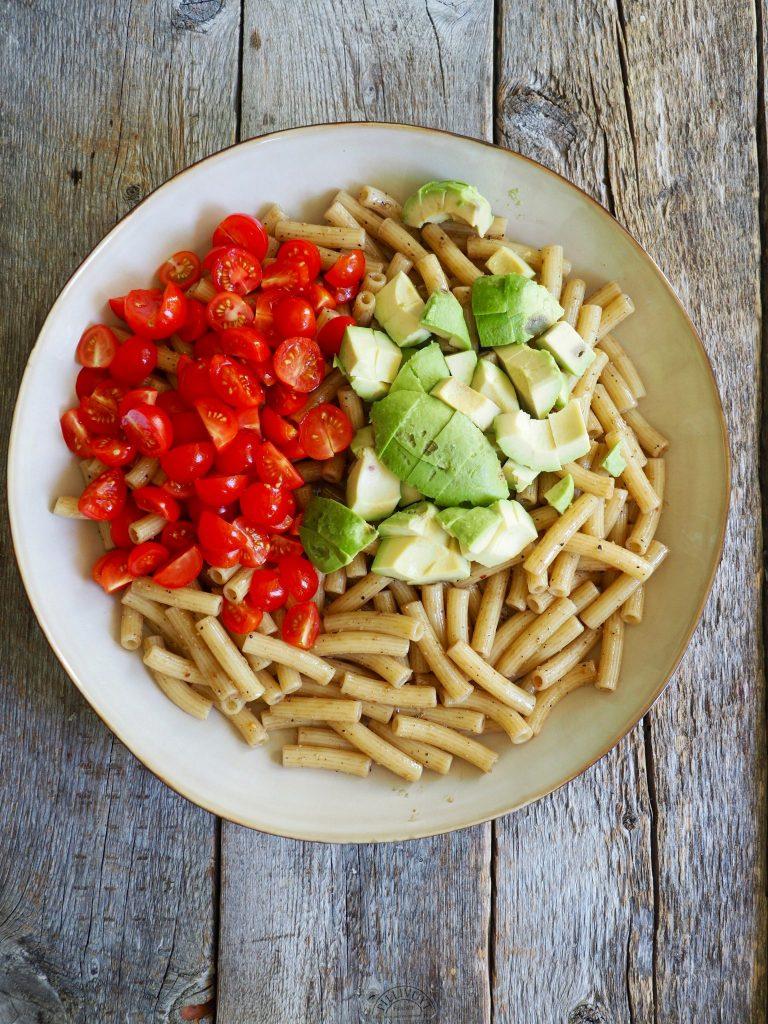 Pastasalat med tomat, avokado og mozzarella