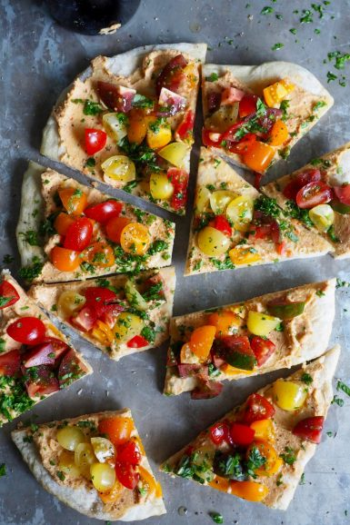 Bruschetta med hummus og tomater på pizzabunn