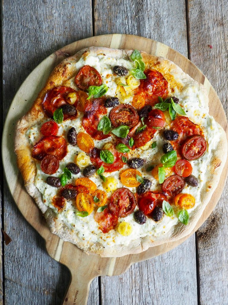Pizza med chorizo og tomater