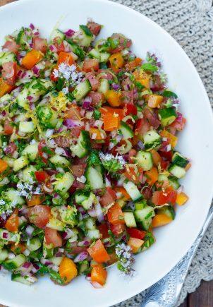 Tomat- og agurksalat med mye annet godt