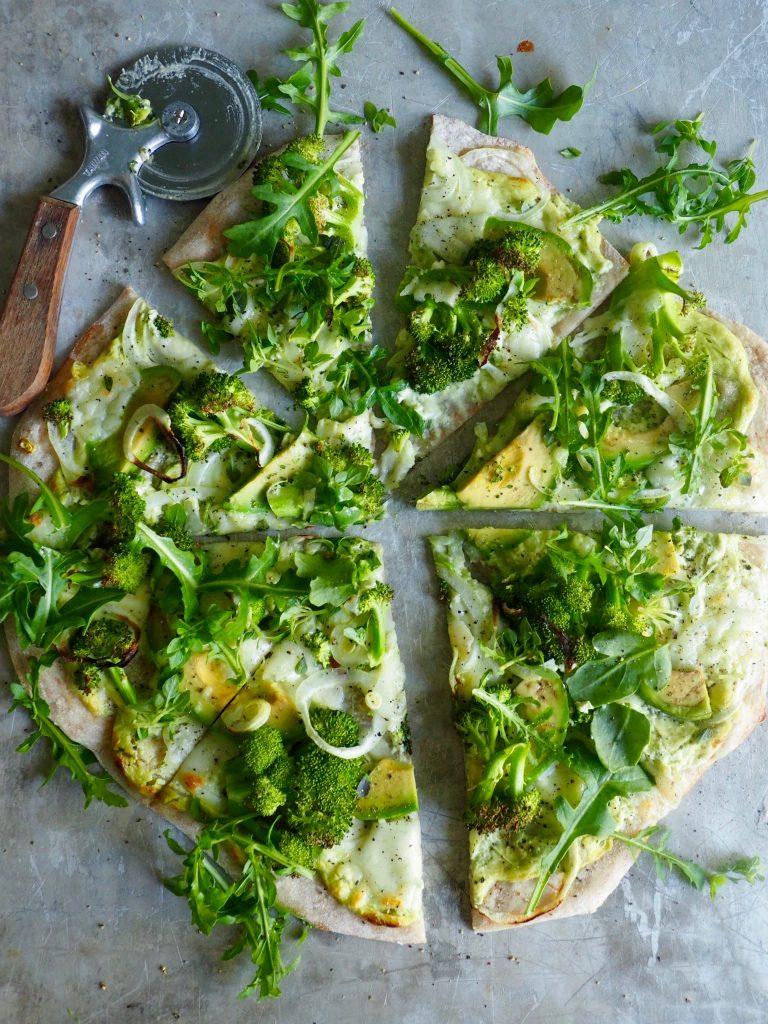 Grønn vegetarpizza med brokkoli og avokado