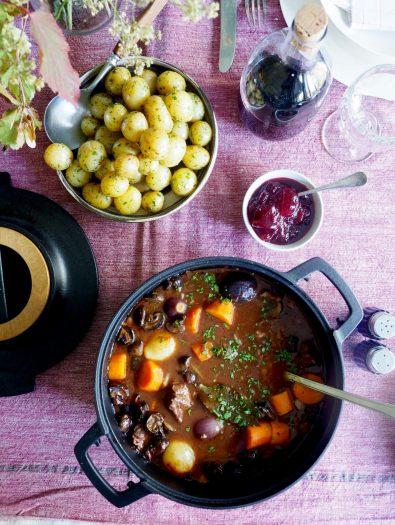 Langtidskokt oksegryte med gulrøtter, perleløk og sopp
