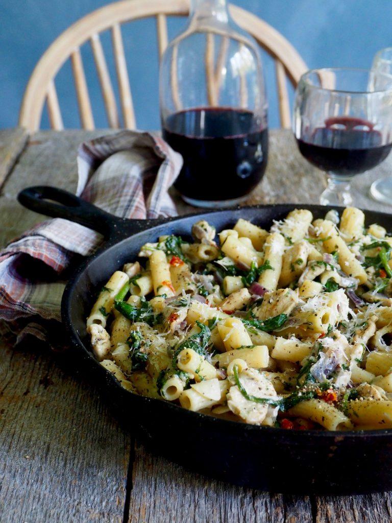 Lettvint kremet pasta med kylling og spinat