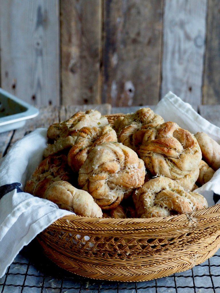 Hvitløksknuter med urter og parmesan