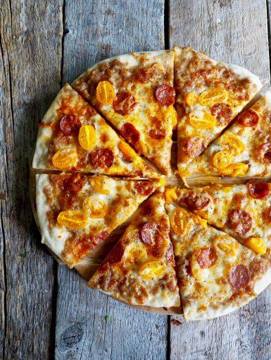 Pizza med løkkompott og chorizo