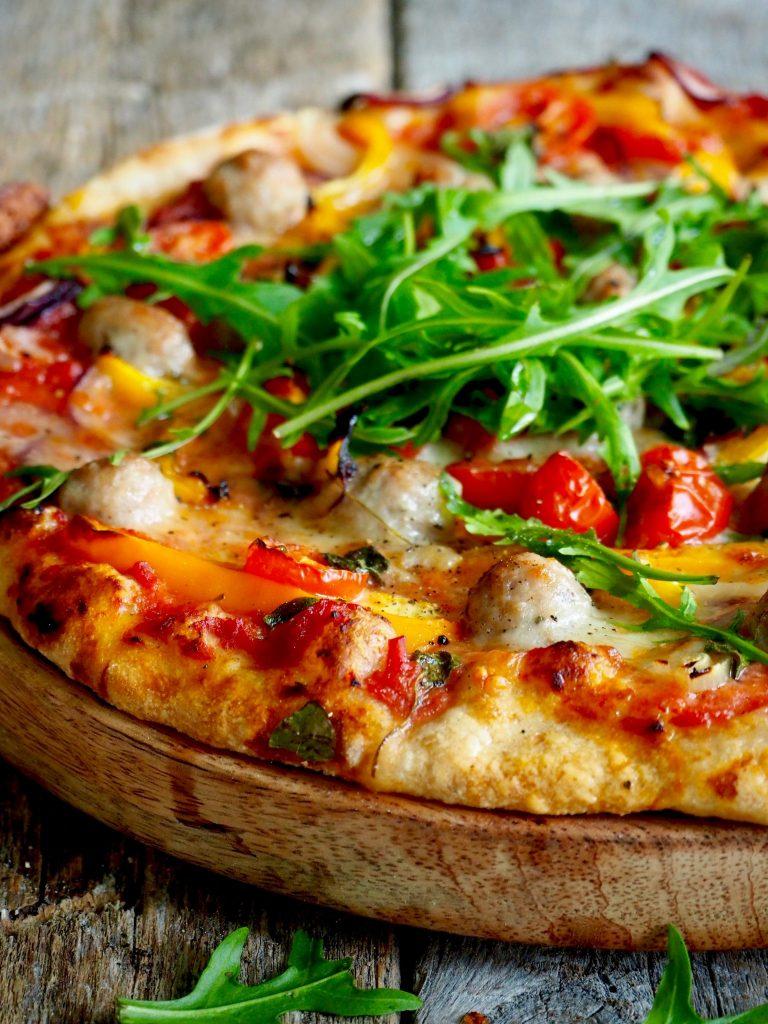 Pizza med salsiccia kjøttboller og paprika