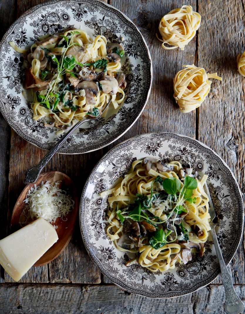 Pasta med kremet spinat- og soppsaus