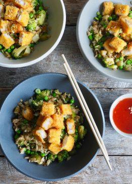 Fiskepinner med stekt ris og grønnsaker