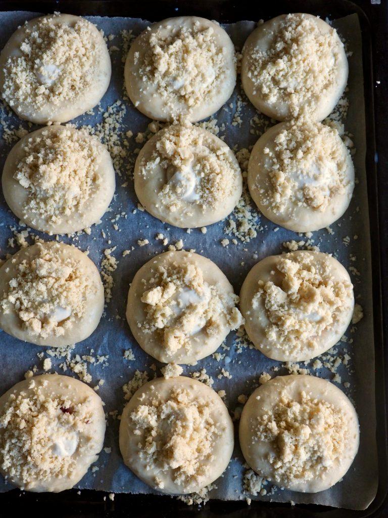 Myke boller med ricotta, syltetøy og smuldretopping med kokos