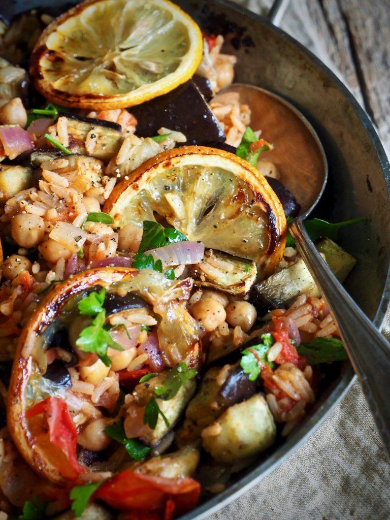 Ris med aubergine og tomater