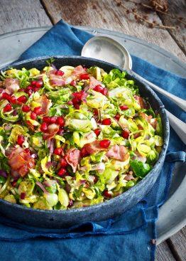 Lun rosenkålsalat med bacon og granateplekjerner