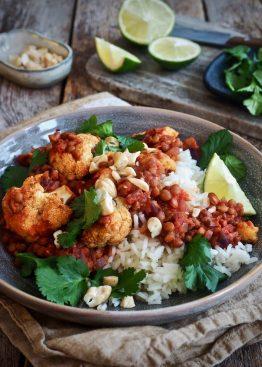 Enkel curry med linser og krydret, ovnsbakt blomkål.