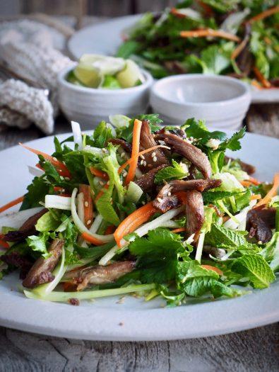 Asiatisk salat med sprøstekt and