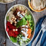 Spicy kyllingsalat med ris og hummus