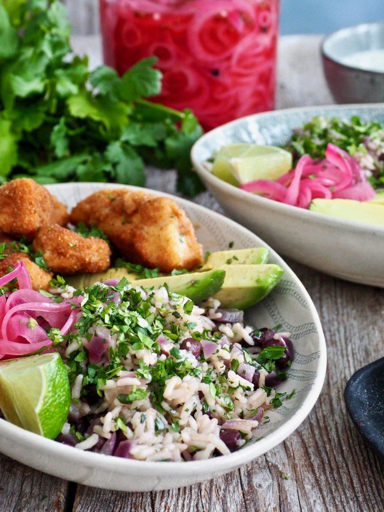 Texmex torsk med korianderris, syltet løk og dressing