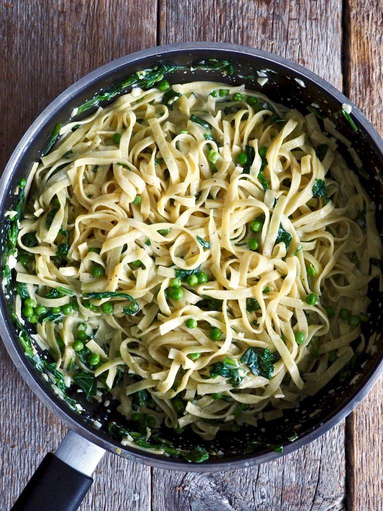 Kremet pasta med laks, spinat og erter