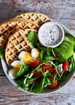 Fullkornsvafler med spinat, ost og hvitløk