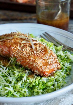 Ørret med sesamfrø, brokkoliris og en asiatisk dressing