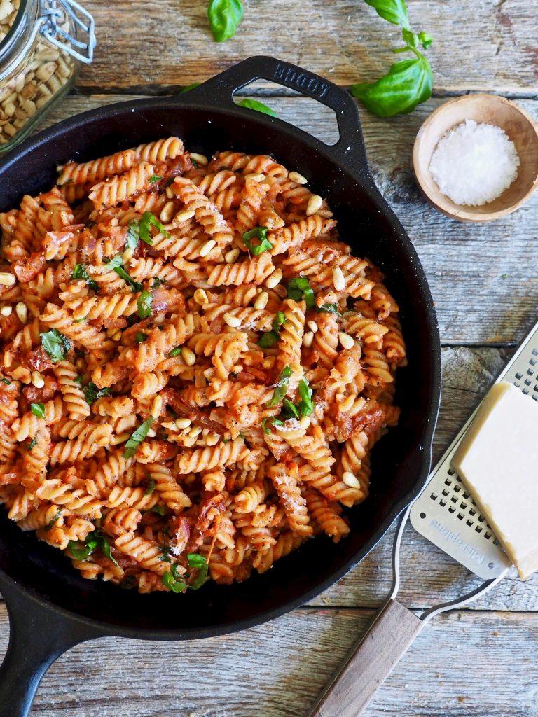 Pasta i kremet tomatsaus og en god del basilikum