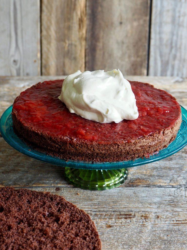 Sjokoladekake med ostekremglasur og bær