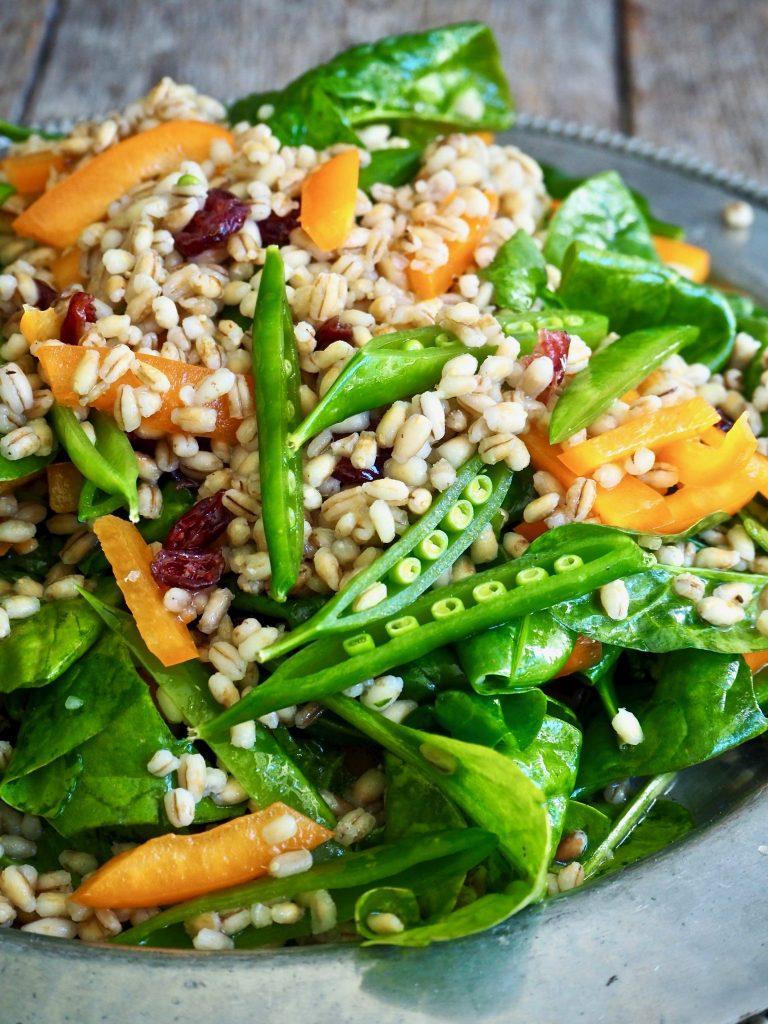 Fargerik og sunn byggrynsalat