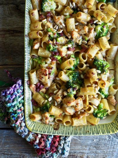 Gratinert pasta med kylling og bacon