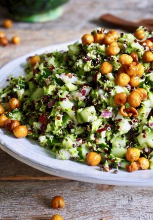 Brokkolisalat med sprøstekte kikerter