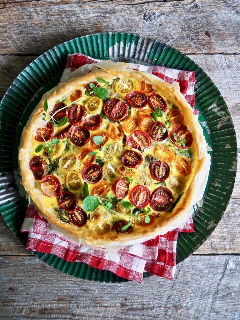 Enkel pai med spinat og tomater