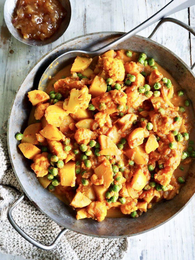 Blomkål- og potetcurry med erter