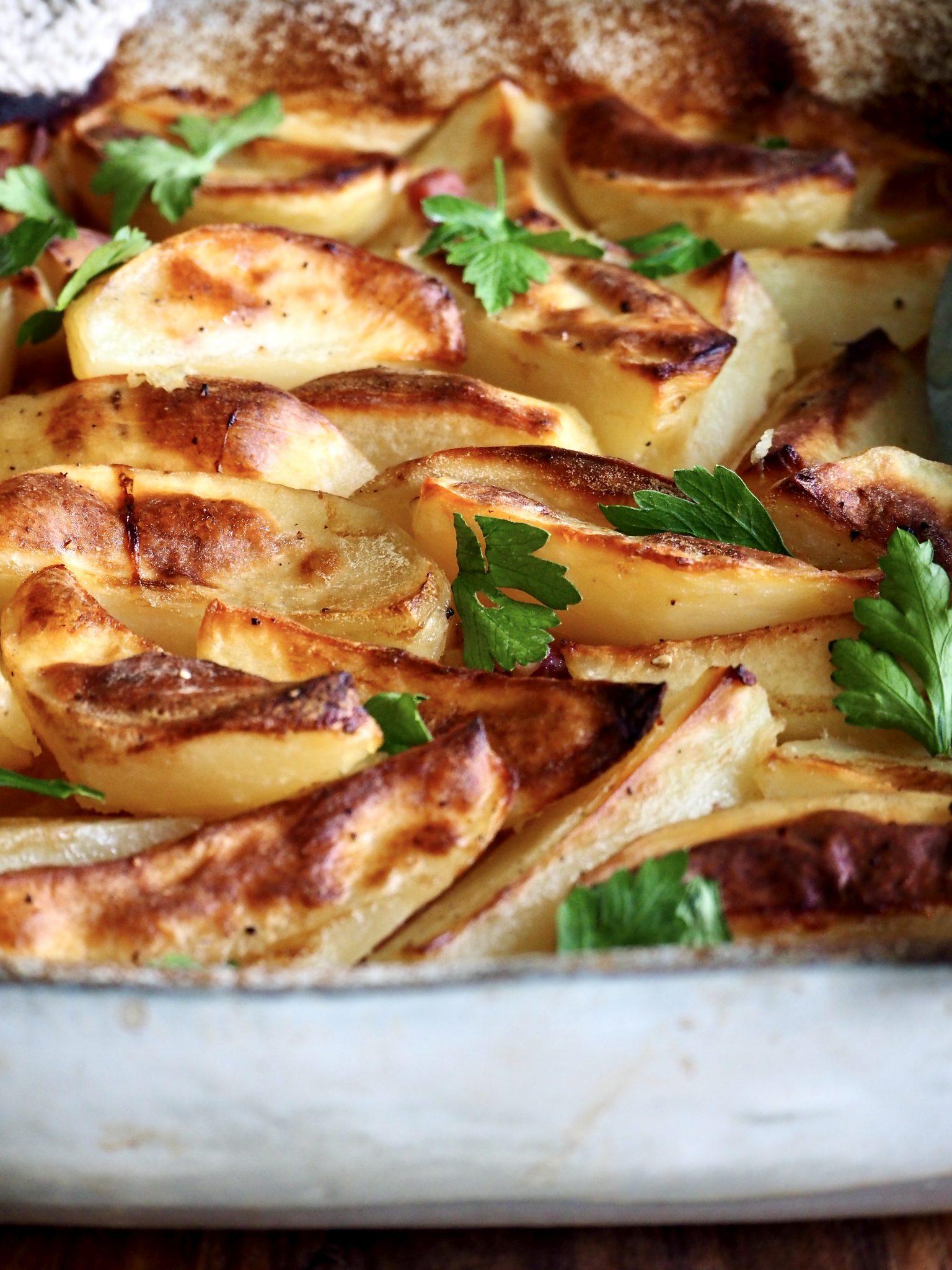 Ovnsbakte poteter med løk og bacon