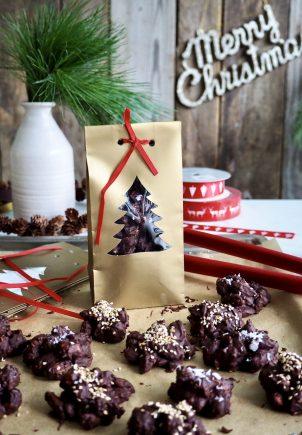 Sjokoladepletter med nøtter og frukt