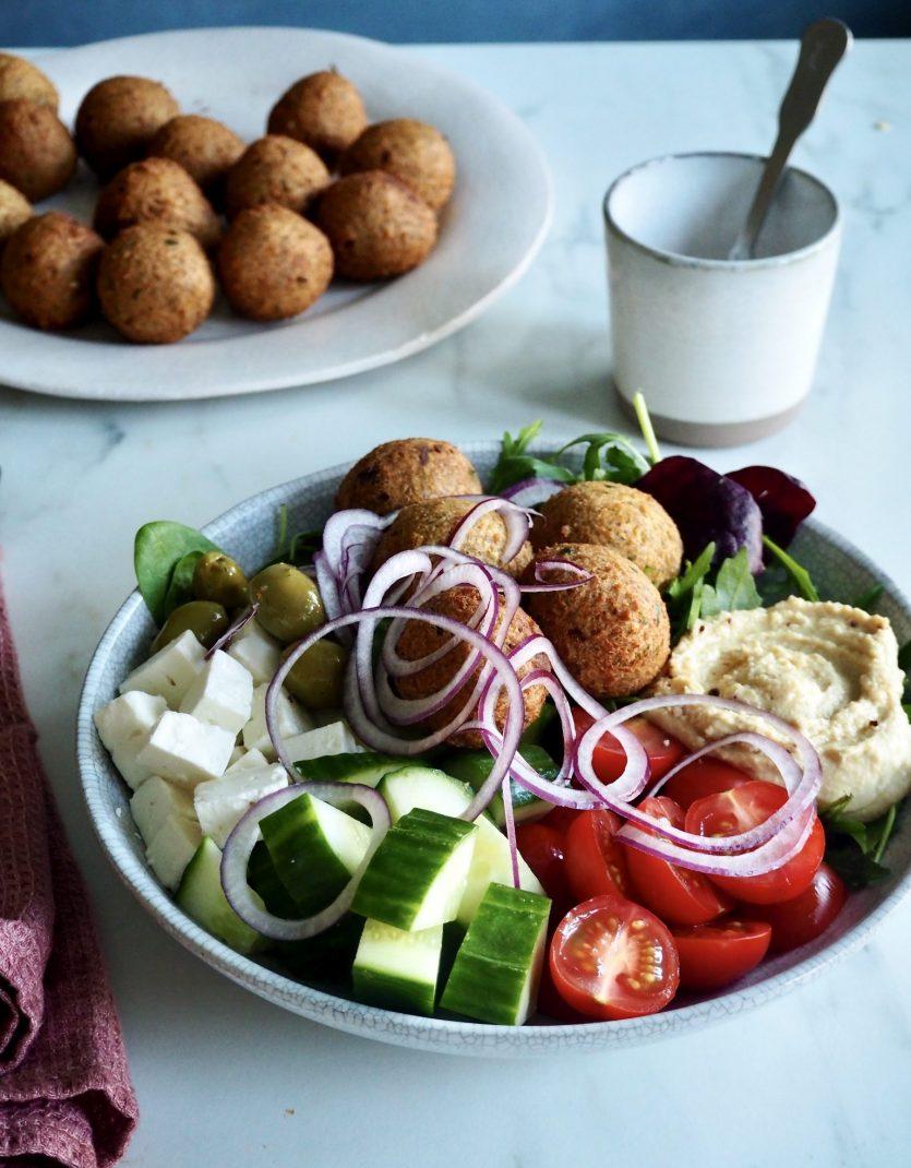 Falaffel med gresk salat og hummus