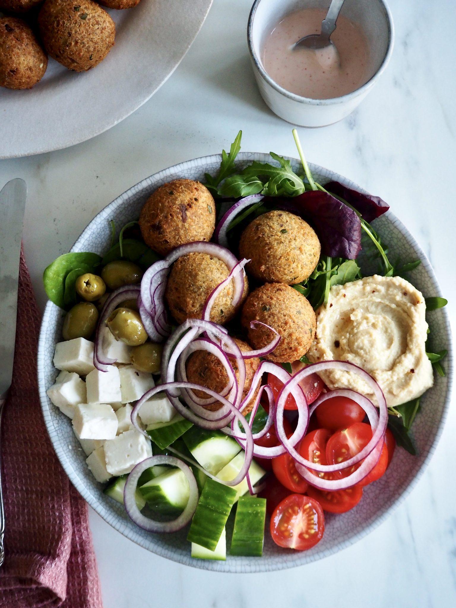 Falafel med gresk salat og hummus
