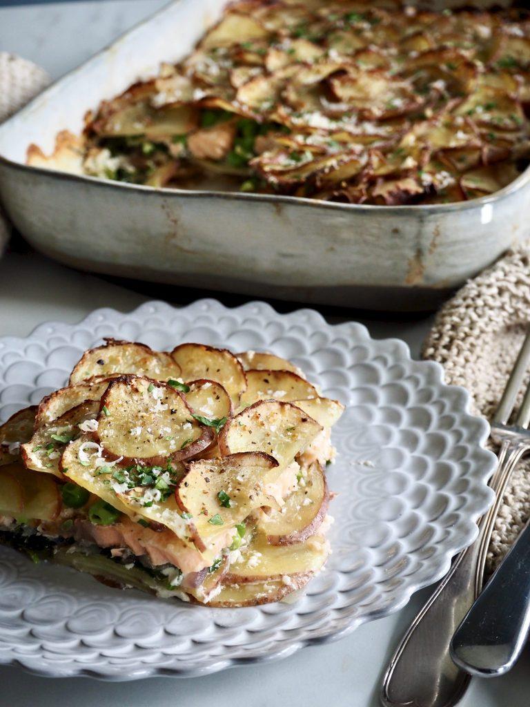 Kremet lakseform med poteter, spinat og erter