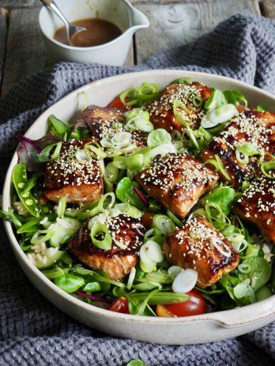 Asiatisk laks med salat og ingefærdressing