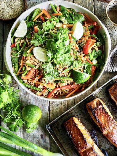 Asiatisk laks med nudler og grønnsaker
