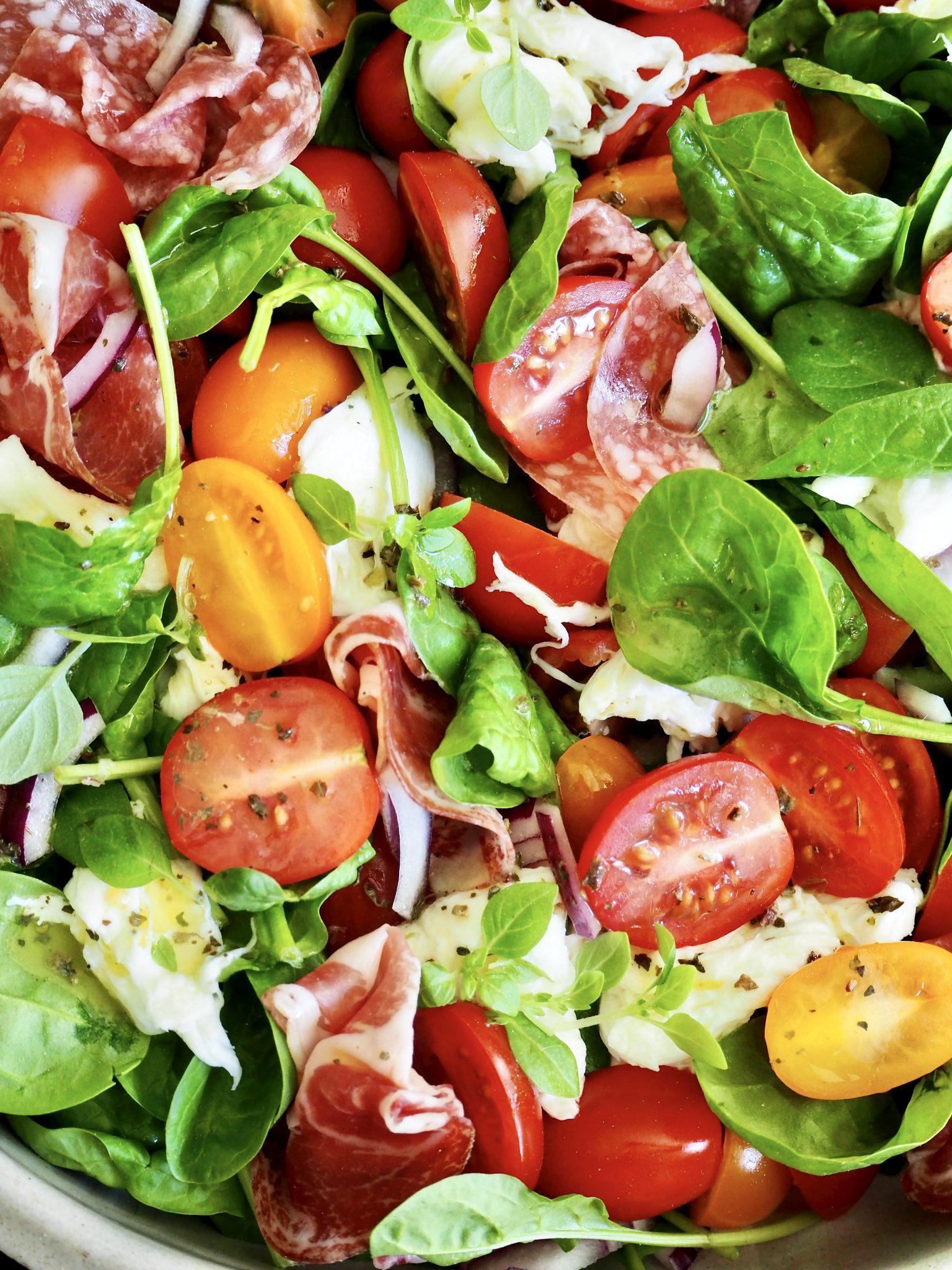 Spinatsalat med tomater, mozzarella og spekeskinker