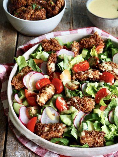 Sprøstekt kylling med salat og en kremet sennepsdressing