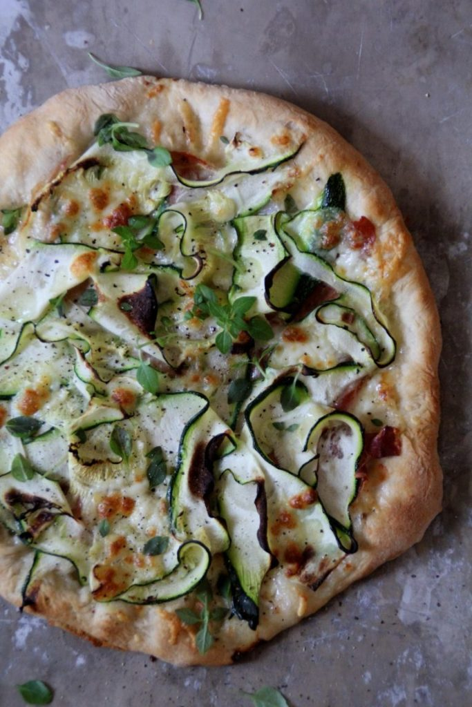 Pizza med squash og parmaskinke