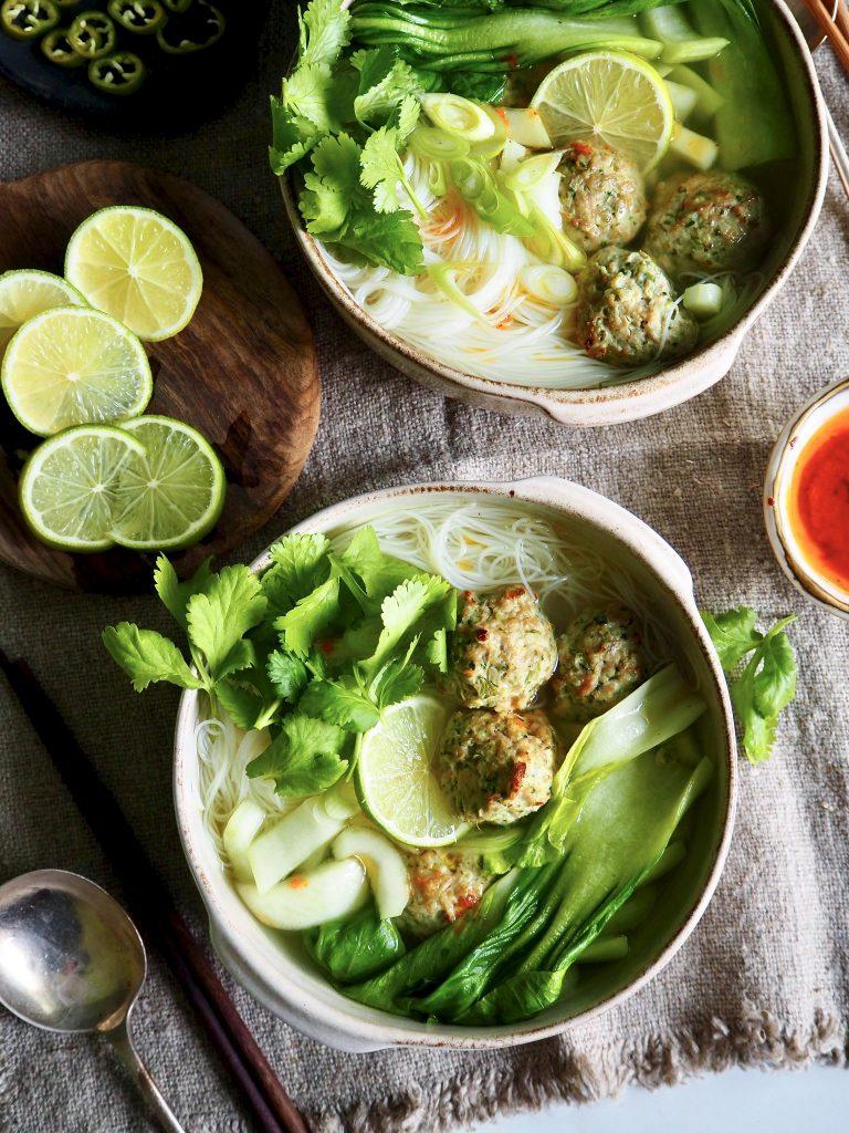 Spicy kyllingkjøttboller - servert i enkel suppe med mini paksoi