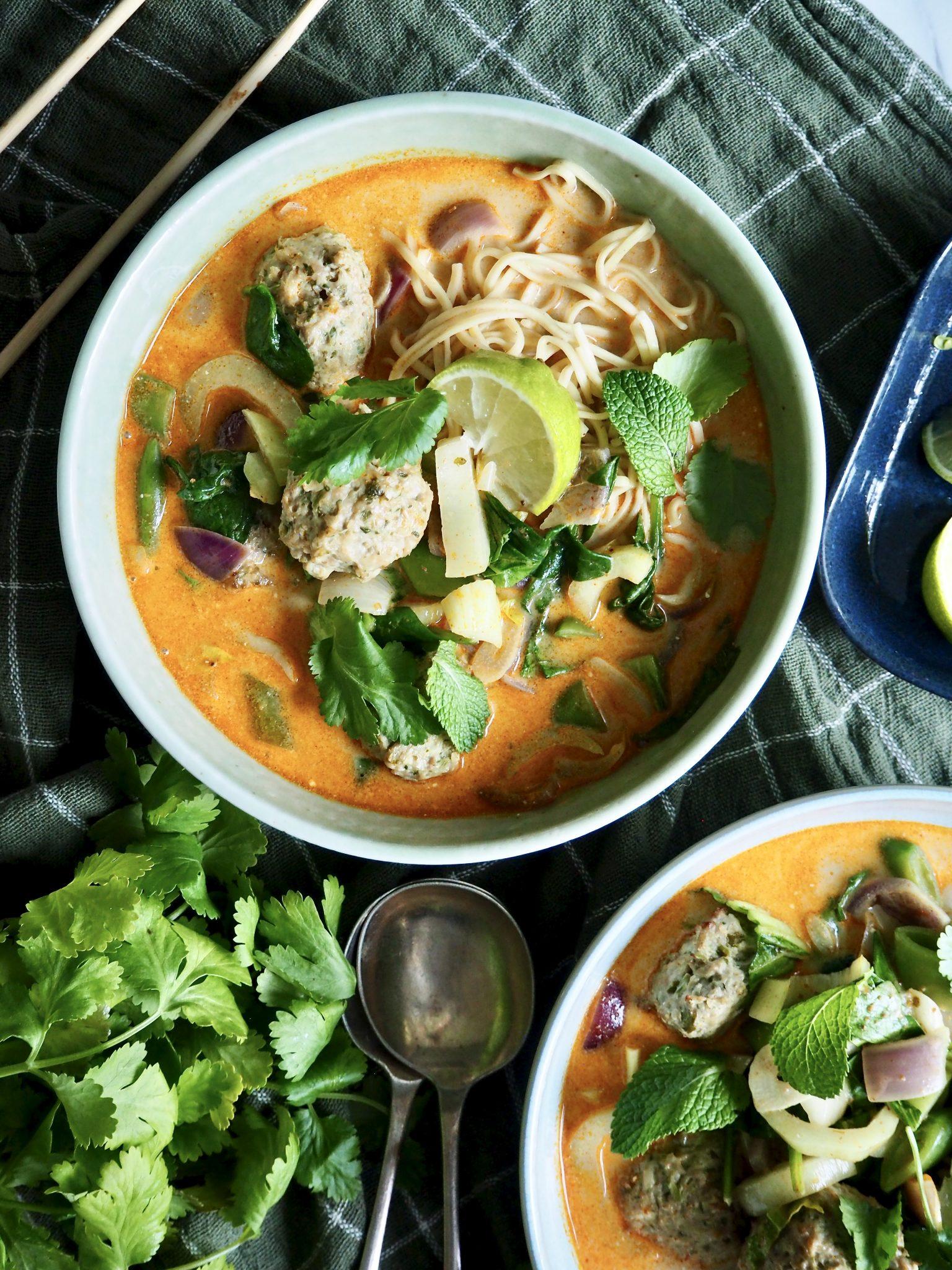Superenkel curry suppe med kyllingkjøttboller