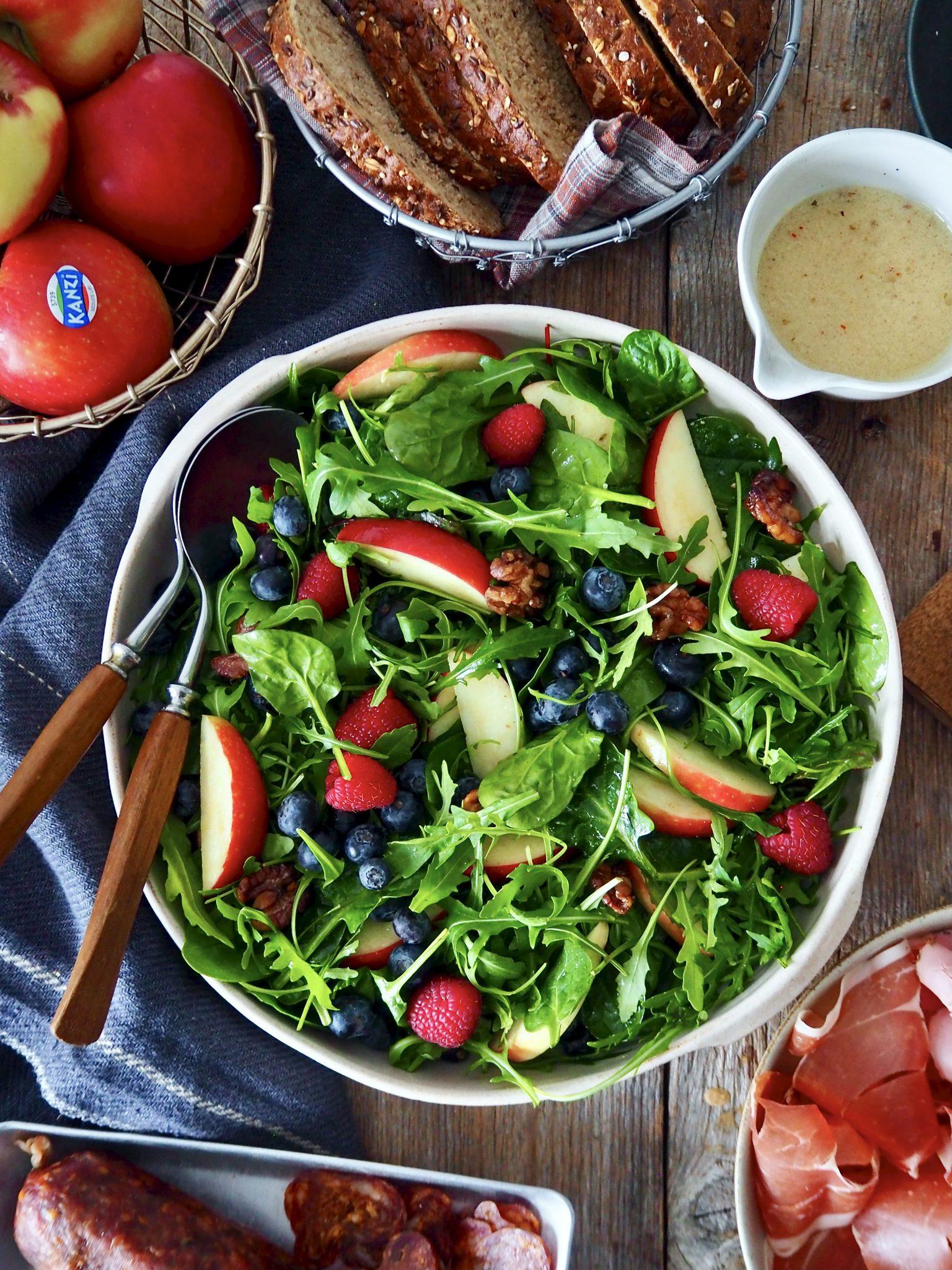 Forfriskende salat med Kanzi epler og bær