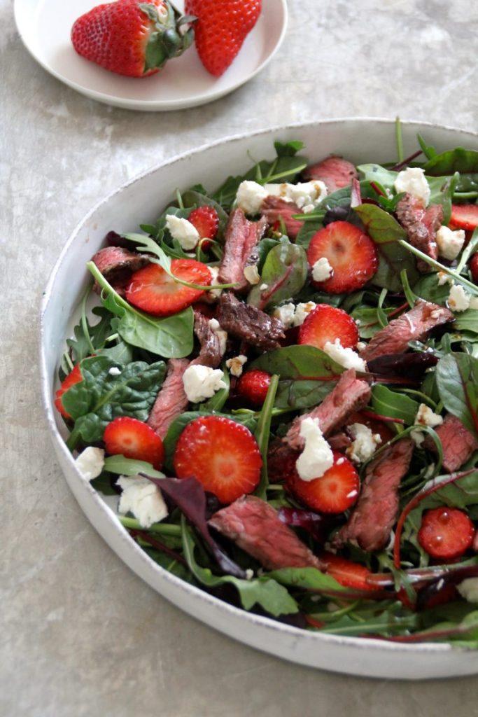 Salat med biff, jordbær og chevre