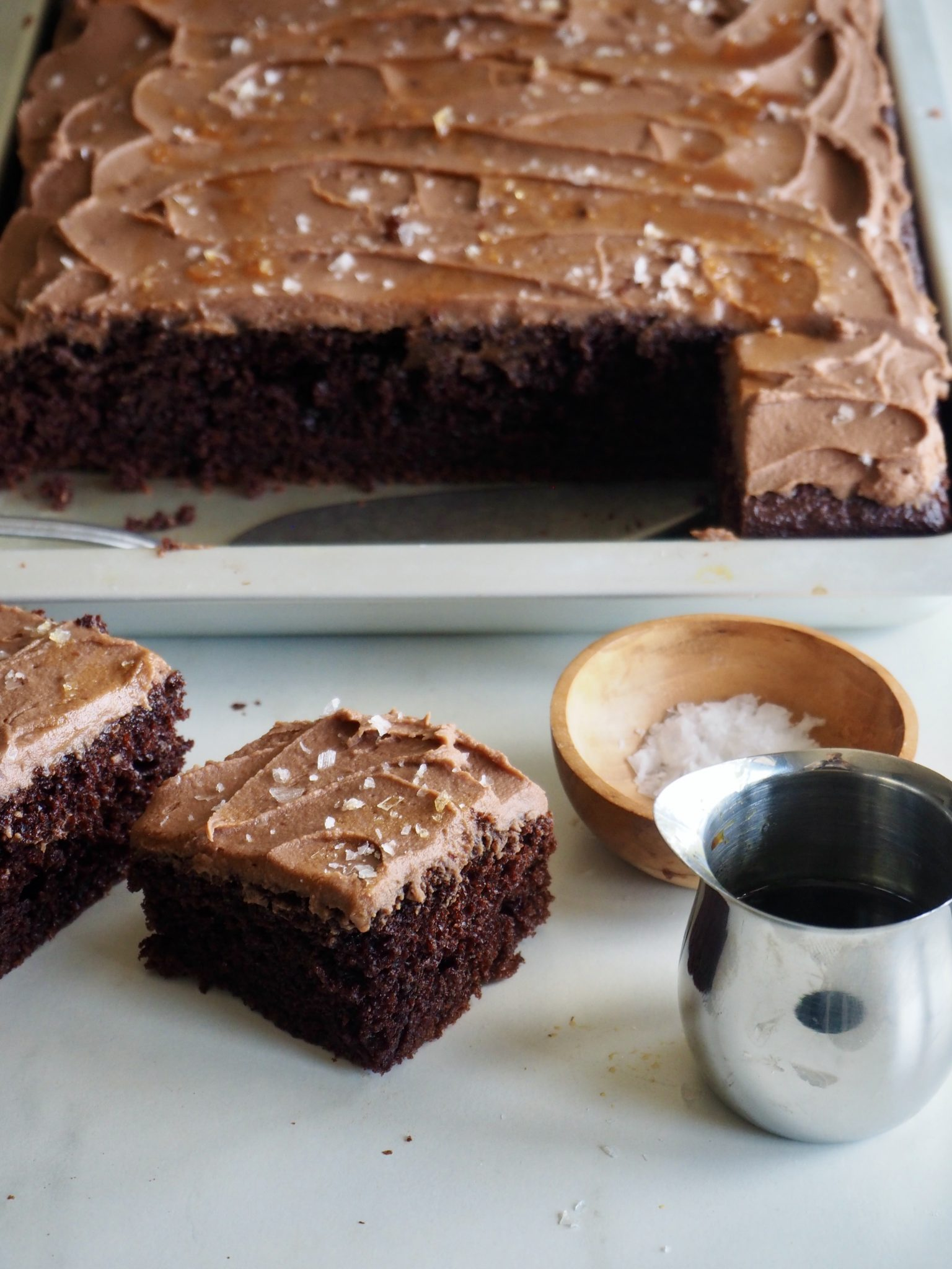 Saftig sjokoladekake i langpanne med sjokoladeglasur, karamell og flaksalt
