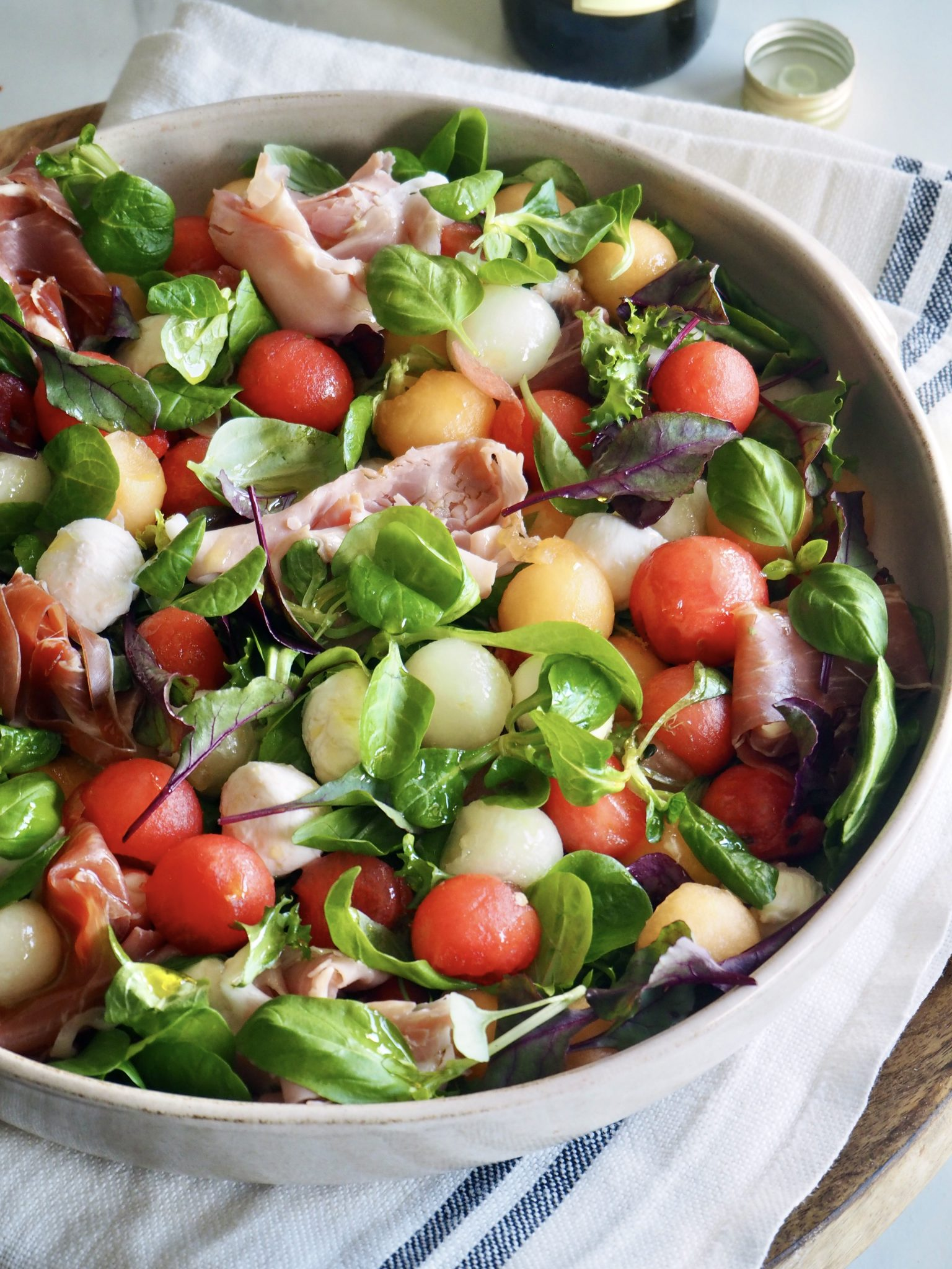 Fargerik salat med melon, mozzarella og skinker
