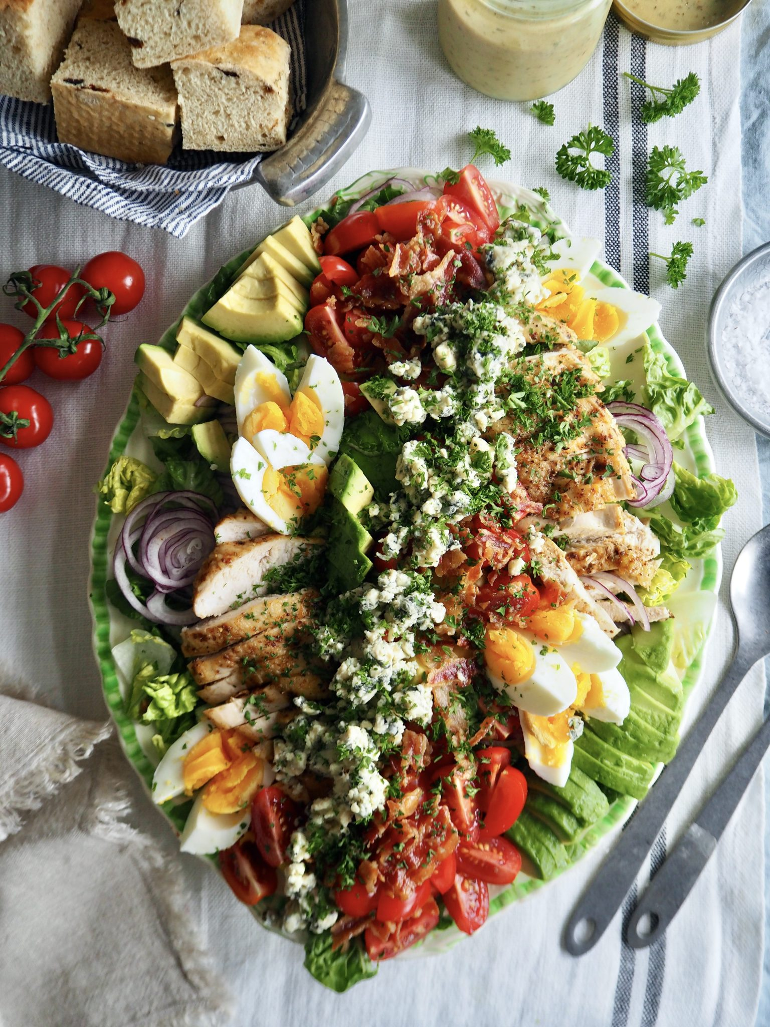 Cobb salad - en klassisk amerikansk salat med kylling, bacon og avokado